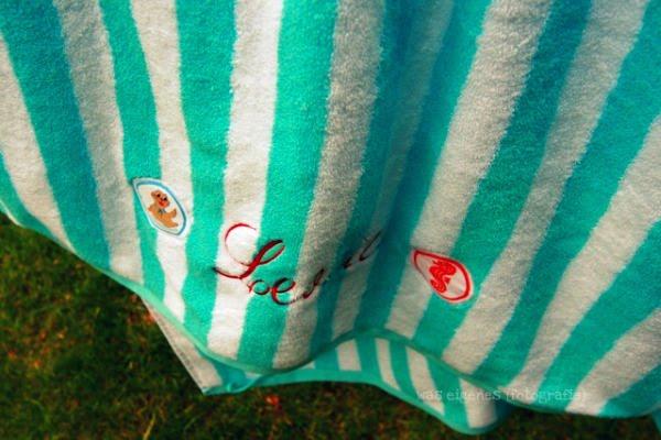 Badetuch mit aufgenähtem Seepferdchen Abzeichen | DIY Seepferdchen Badetuch | waseigenes.com