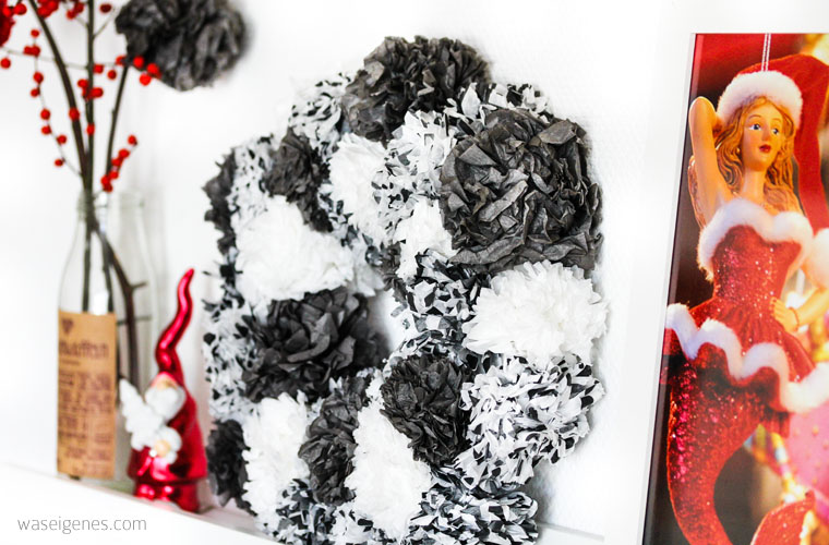DIY Seidenpapier PomPom Kranz | Pompoms selber machen | Weihnachtsdeko schwarz weiss | waseigenes.com