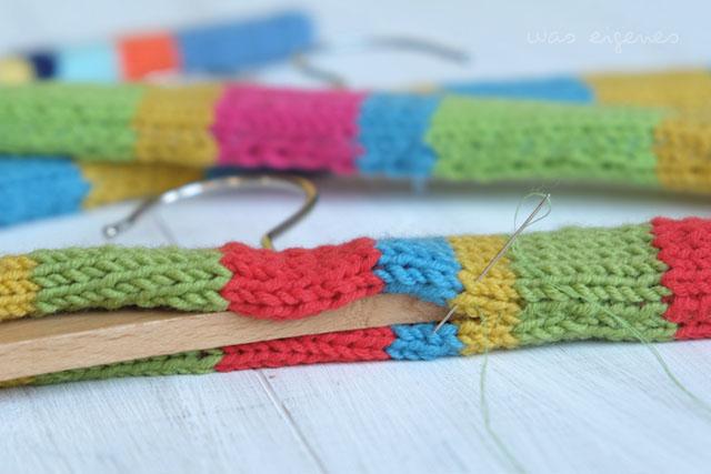 Etwas oldschool aber absolut praktisch: Kleiderbügel umstricken, umstrickte oder umhäkelte Kleiderbügel | waseigenes.com DIY Blog