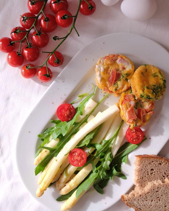 Rezept: Spargelsalat mit Rauke & Omelette Muffins | 7 x regional | Rewe | waseigenes.com