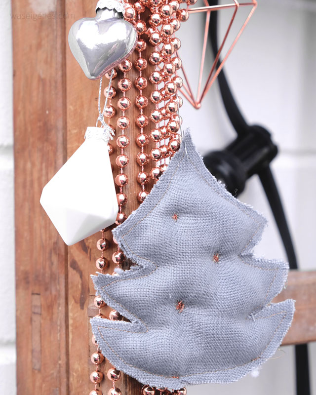Weihnachtsdeko: weiss, grau und kupfer | selbst genähte Weihnachtsbäume aus grauem Leinen und Kupfergarn | waseigenes.com DIY Blog