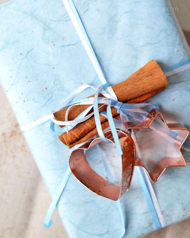 Lebkuchen Dessert mit Mascarpone-Quark Creme und Schattenmorellen | Weihnachtsgeschenk | Zimtstangen und kupferfarbene Plätzchenform |waseigenes.com