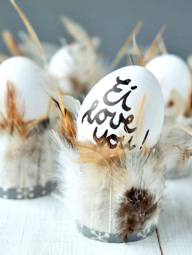 Federleichte Eierbecher | Ostern DIY und Bastelidee | Toilettenpapierrollen mit Federn bekleben | Ei love you | waseigenes.com DIY Blog