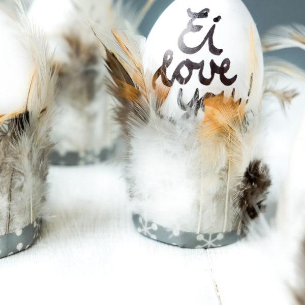 Federleichte Eierbecher | Ostern DIY und Bastelidee | Toilettenpapierrollen mit Federn bekleben | waseigenes.com DIY Blog