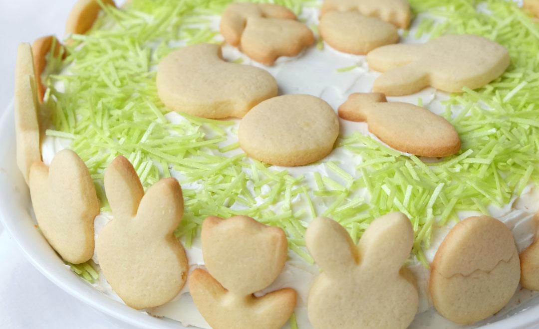 Rezept: Möhrenkuchen mit Frischkäse Frosting, Butterplätzchen und essbarem Ostergras | waseigenes.com