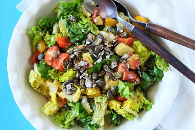 Kochzauber Grillbox | waseigenes.com | Salat mit Cocktailtomaten, Pfirsichen und karamellisierten Kuerbiskernen