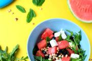Melonensalat mit Rucola, Feta, Oliven und Pinienkernen | waseigenes.com