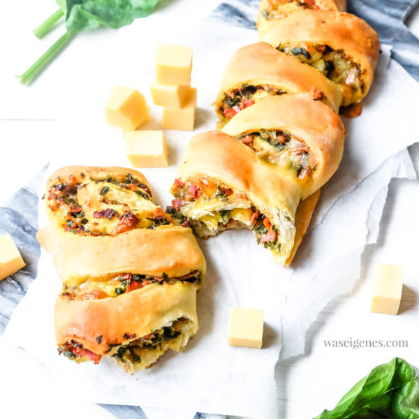Thermomix Rezept: Partyähre mit Bergkäse, Salami und Blattspinat #partyähre #partyfood #fingerfood #snack #waseigenes #thermomix