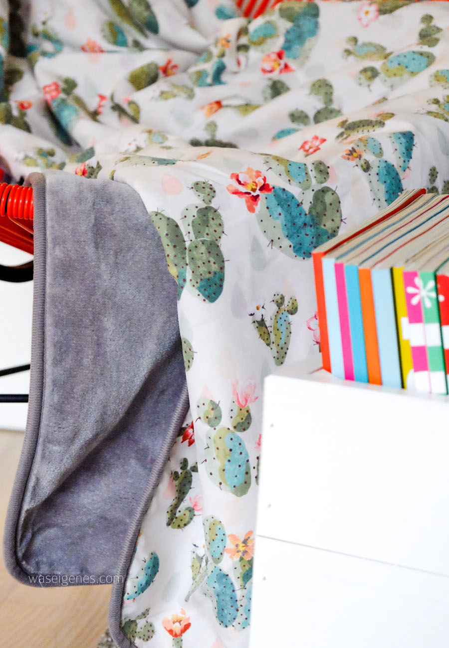 Wohnzimmer | Kuscheldecke, Kissen & Bücherkiste | Kakteenprint | waseigenes.com