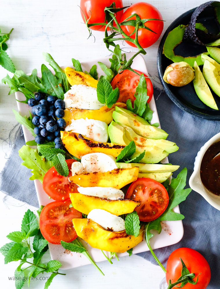 Salat Caprese mit gebratener Mango, Mozarella, Avocado, Blaubeeren und Tomaten | waseigenes.com