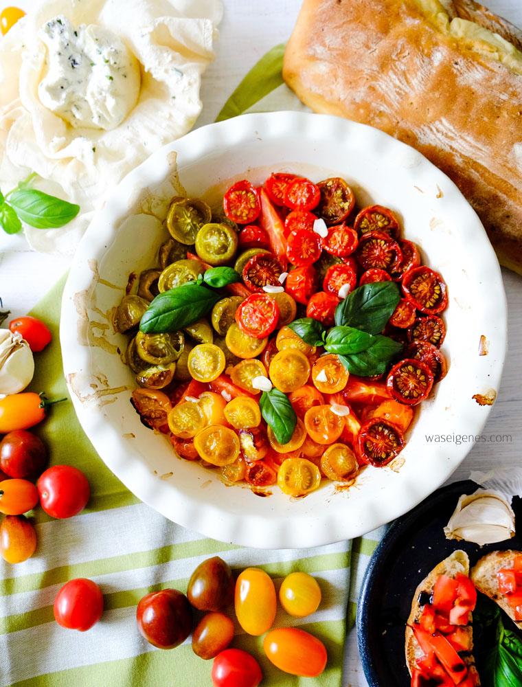 Lauwarmer Tomatensalat mit Frischkäse und Knoblauchbrot | waseigenes.com