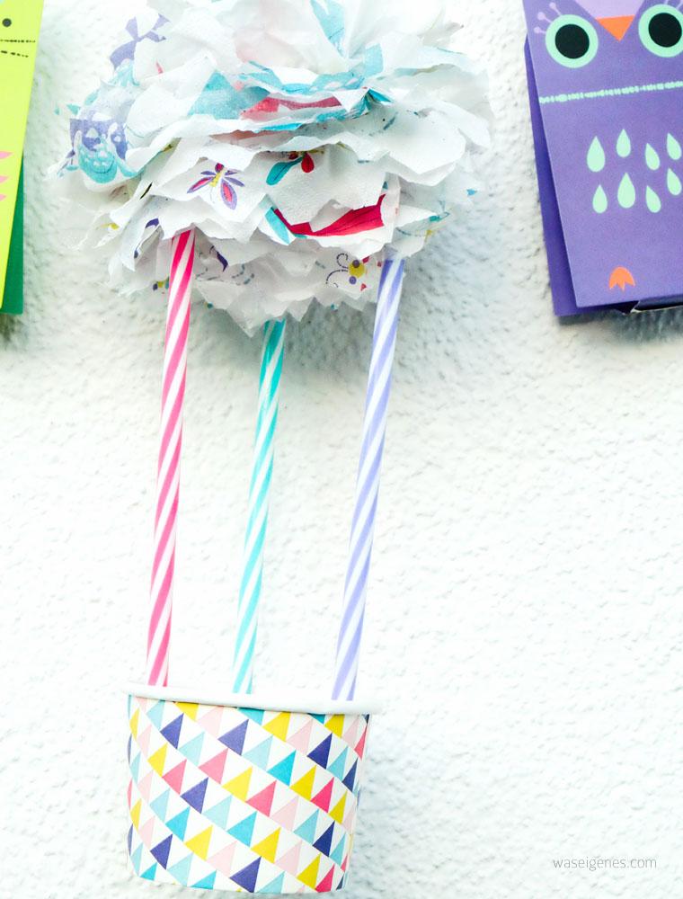DIY Heißluftballon aus Becher, Strohhalm und mini Pompom | waseigenes.com