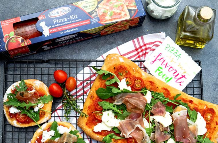 Rucola Pizza mit Prosciutto und Ziegenkäse | Schnell und einfach mit Knack & Back | waseigenes.com