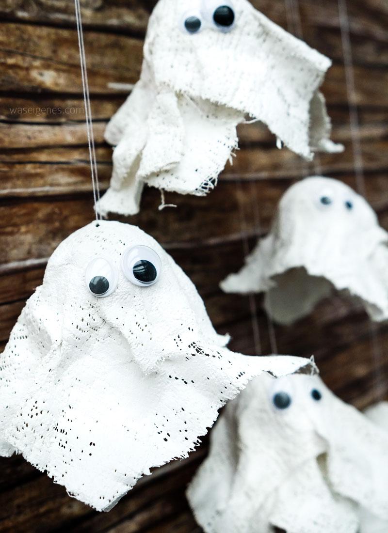 DIY Gespenster aus Gips basteln | Tischtennisbälle, Gipsstreifen (Modelliergewebe) & Wackelaugen | DIY Geister basteln | Halloween Deko selber machen | waseigenes.com DIY Blog
