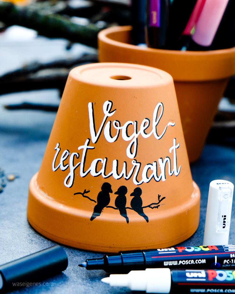 DIY Vogel Restaurant | aus Terracotta Töpfen, Vogelfutter, Kokosfett, einem Ast und einer Kordel eine Vogelfutter-Station basteln | handlettering | waseigenes.com DIY Blog