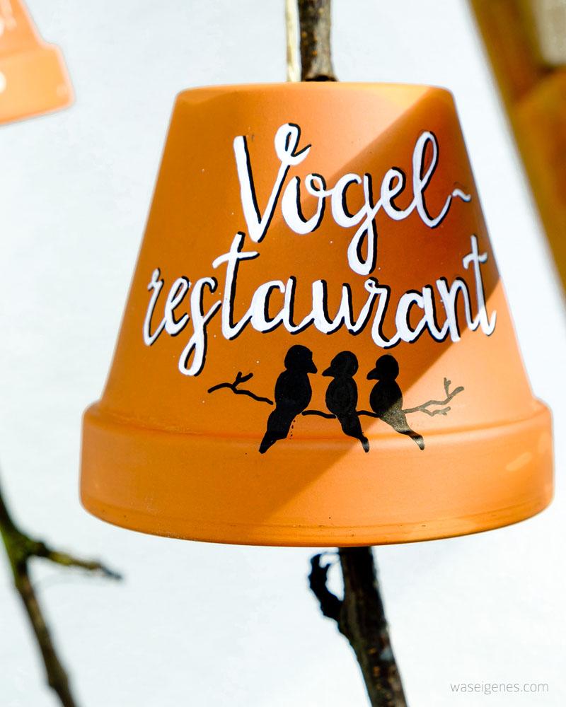 DIY Vogel Restaurant | Terracotta Töpfe bemalen und beschriften, einen Ast, eine Kordel und Vogelfutter rein und fertig ist der Garten Imbiss | POSCA Stifte kreative Ideen | waseigenes.com DIY Blog