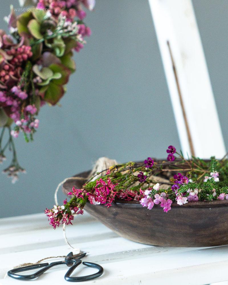 DIY Herbstkranz | Herbstkranz selber machen | Erika, Pfefferbeeren, Hortensien | waseigenes.com DIY Blog