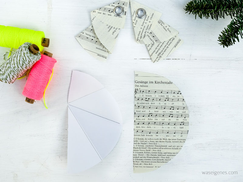 DIY Weihnachtsbaum Geschenkanhänger | Faltanleitung Tannenbaum | Papier, Notenpapier, Gotteslob, Ösen, neon Garn | waseigenes.com DIY Blog