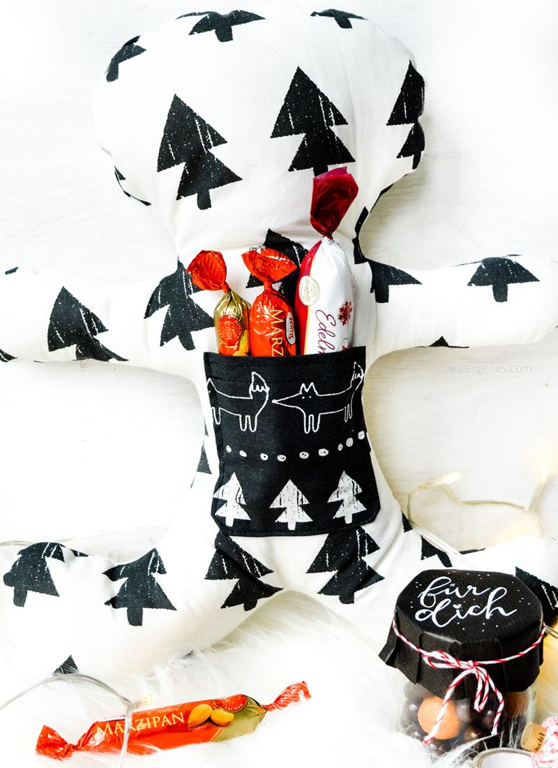 Weihnachtsgeschenke aus dem Nähzimmer: Lebkuchenmann Kissen mit Aufbewahrung- und Einstecktaschen | waseigenes.com DIY Blog