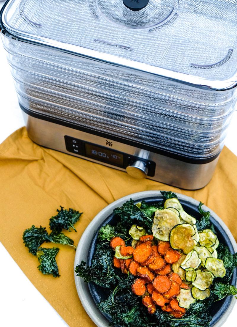 Gemüsechips selber machen | Hirse Möhren Pfanne mit Curry & Grünkohl Chips | WMF KÜCHENmini snack to go | waseigenes.com