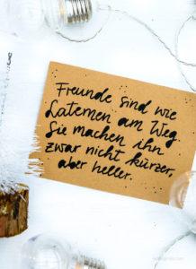 Freunde sind wir Laternen am Weg. Sie machen ihn zwar nicht kürzer, aber heller | Adventskalender der guten Gedanken & Wünsche | waseigenes.com