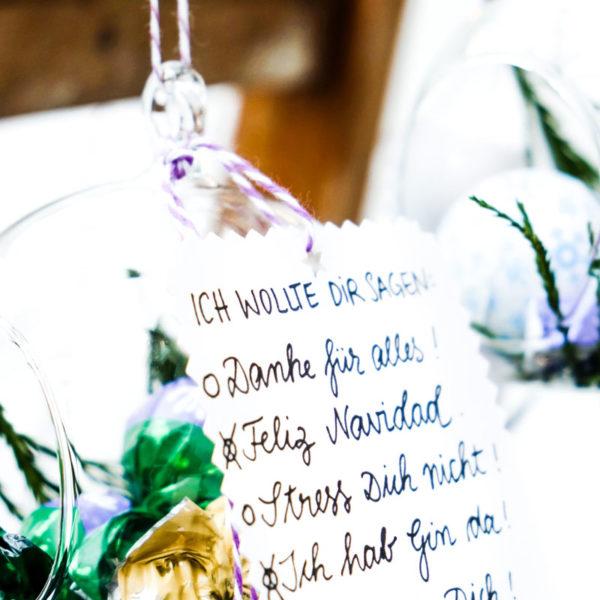 DIY Glaskugeln mit Weihnachtssüßigkeiten füllen & schmücken | zarte Geste & Aufmerksamkeit zu Weihnachten | waseigenes.com