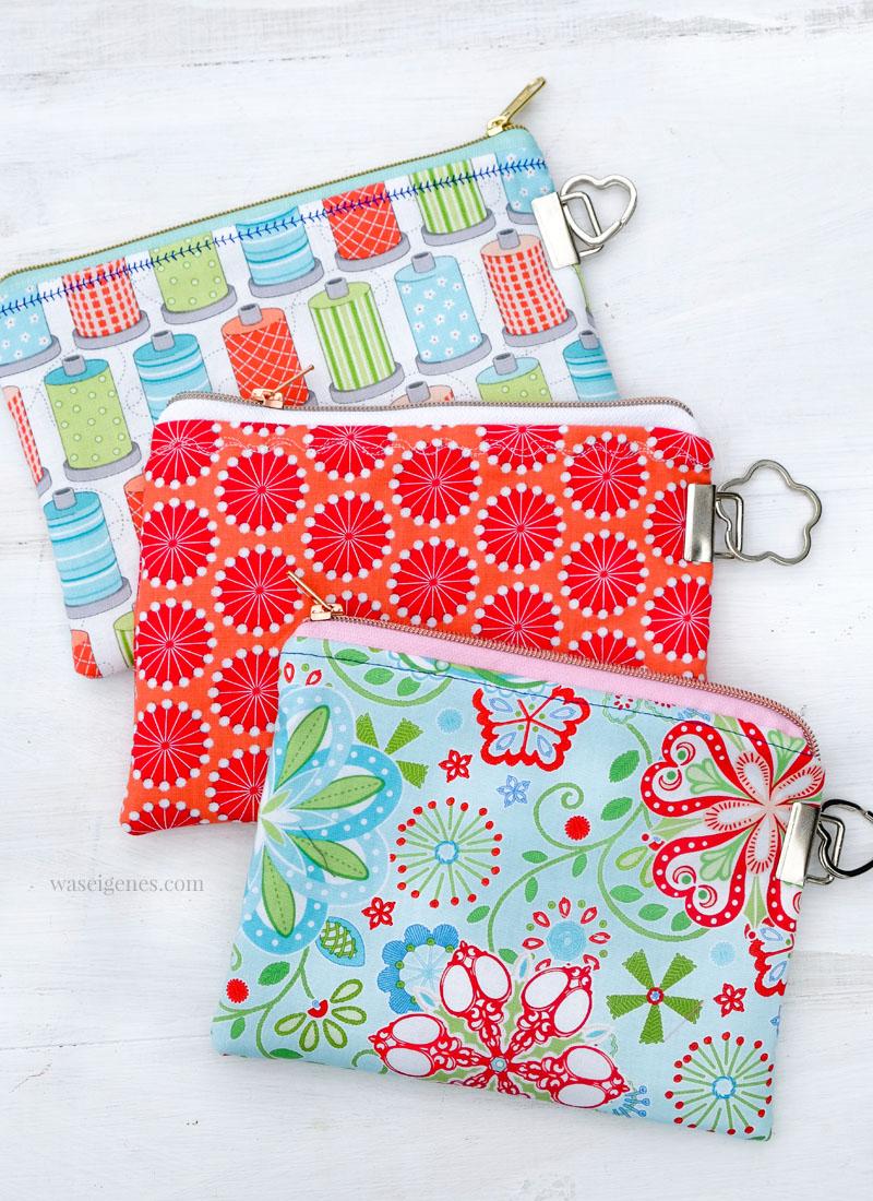 Drei kleine selbst genähte Täschchen mit Reißverschluss und an den Seiten angebrachte Schlüsselbandrohlinge | genäht und fotografiert von waseigenes.com