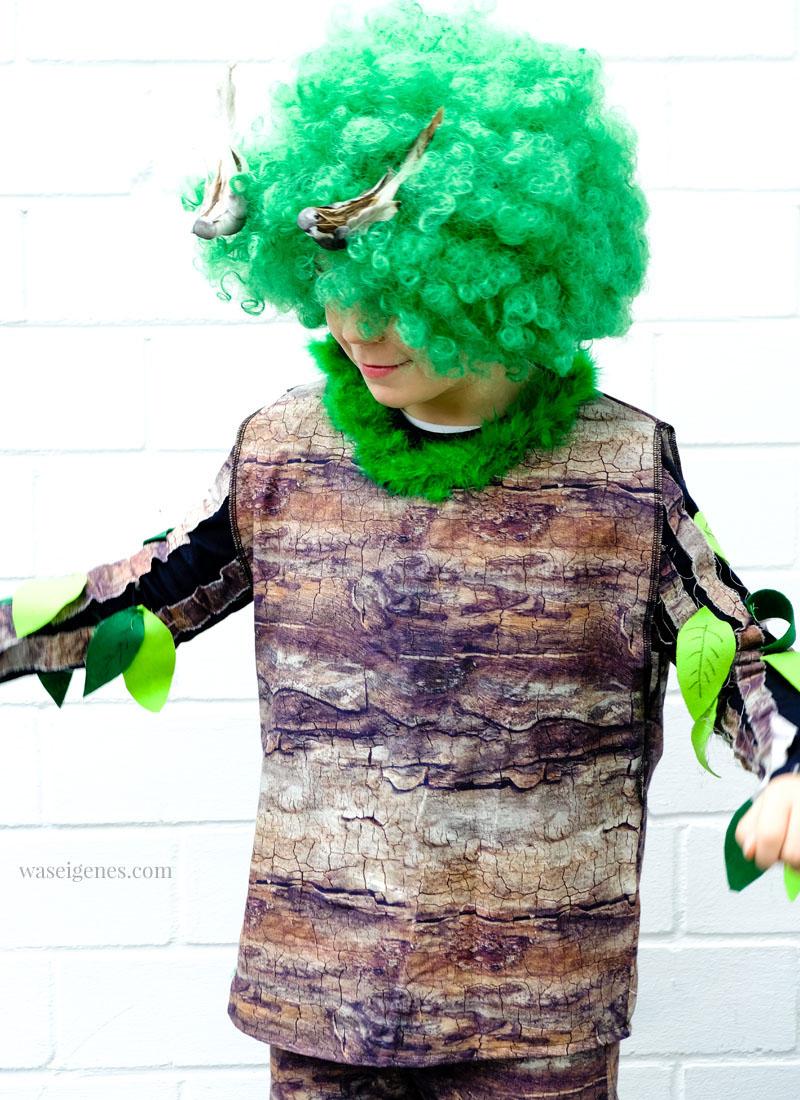 DIY Karneval Kostüm selber machen: Baum | Baum-Stoff, grüne Afro Perücke, Blätter aus Filz, Deko Vögel | Kostüm selber nähen und basteln | Karneval, Fasching, Halloween | waseigenes.com
