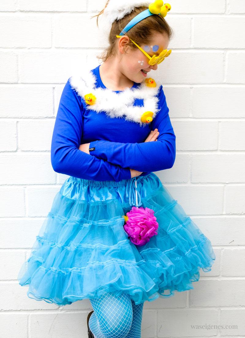 DIY Karneval Kostüm: Schaumbad | blauer Tüllrock, blaues Shirt, Quietscheentchen, Duschschwamm | Kostüm selber nähen und basteln | Karneval, Fasching, Halloween | waseigenes.com