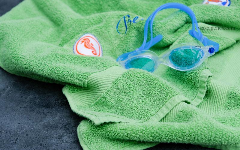 Seepferdchen Badetuch | DIY Badetuch mit gesticktem Namen und aufgenähtem Seepferdchen Abzeichen | waseigenes.com DIY Blog