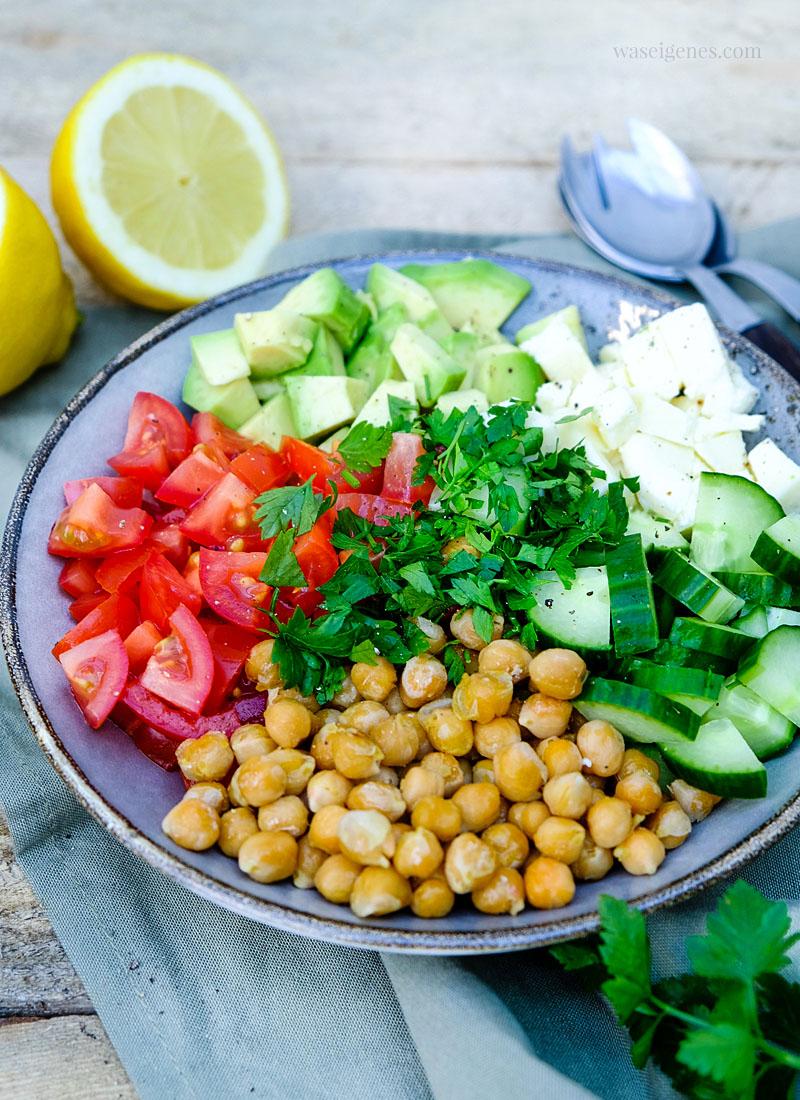 Rezept: Sommerlich frischer Kichererbsensalat mit Avocado, Tomaten, Gurke, Mozzarella und Zitronen Vinaigrette | waseigenes.com