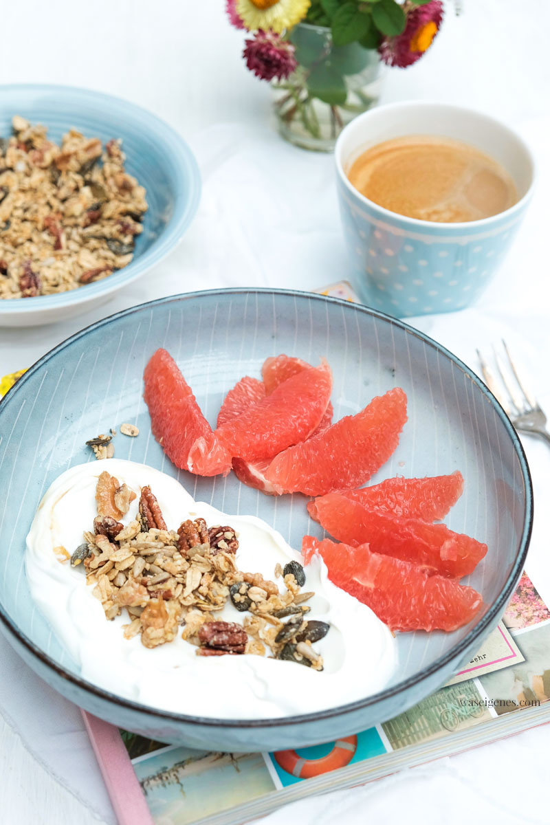 Frühstück: selbstgemachtes Granola, griechischer Joghurt, Grapefruit | waseigenes.com