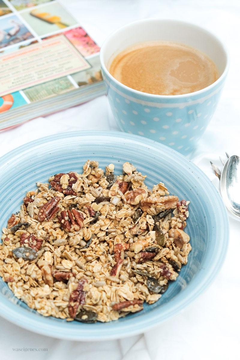 Frühstück: selbstgemachtes Granola | Haferflocken, Pekannüsse, Kürbiskerne, Chiasamen, ... Ahornsirup | waseigenes.com