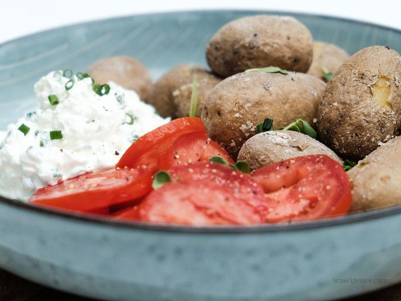 Rezept/ Anleitung: Kanarische Runzelkartoffeln (Papas Arrugadas) mit Kräuter-Hüttenkäse-Quark & Tomaten | waseigenes.com