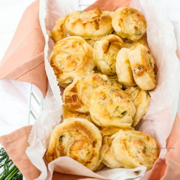 Schnelles Party Rezept: Blätterteigschnecken mit Lachs, Crème fraîche, geriebenem Gouda & Dill | waseigenes.com