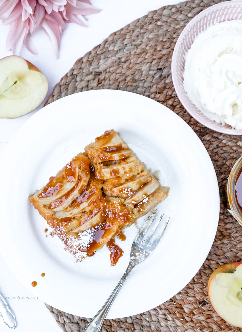 Rezept: Karamell-Apfelkuchen | waseigenes.com #apfelkuchen #karamell #herbstgenuss