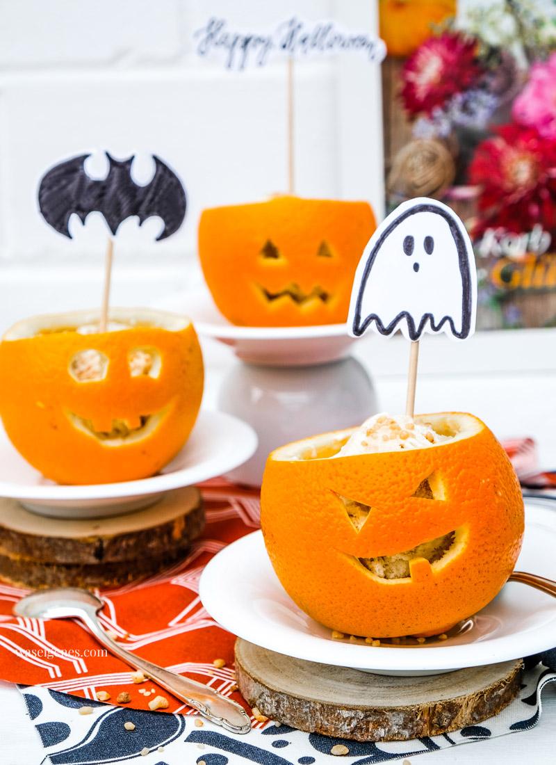 Einfaches Halloween Dessert: Gefüllte Orangen. Eiscreme & Krokant in ausgehöhlte und geschnitzte Orangen schichten, DIY Halloween Topper, waseigenes.com #halloween #halloweendessert