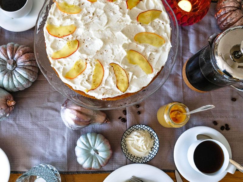 Rezept: Kürbis-Apfelkuchen & einer frisch gebrühten Tasse Kaffee | #kürbis #apfel #kürbisapfelkuchen #rezept | waseigenes.com