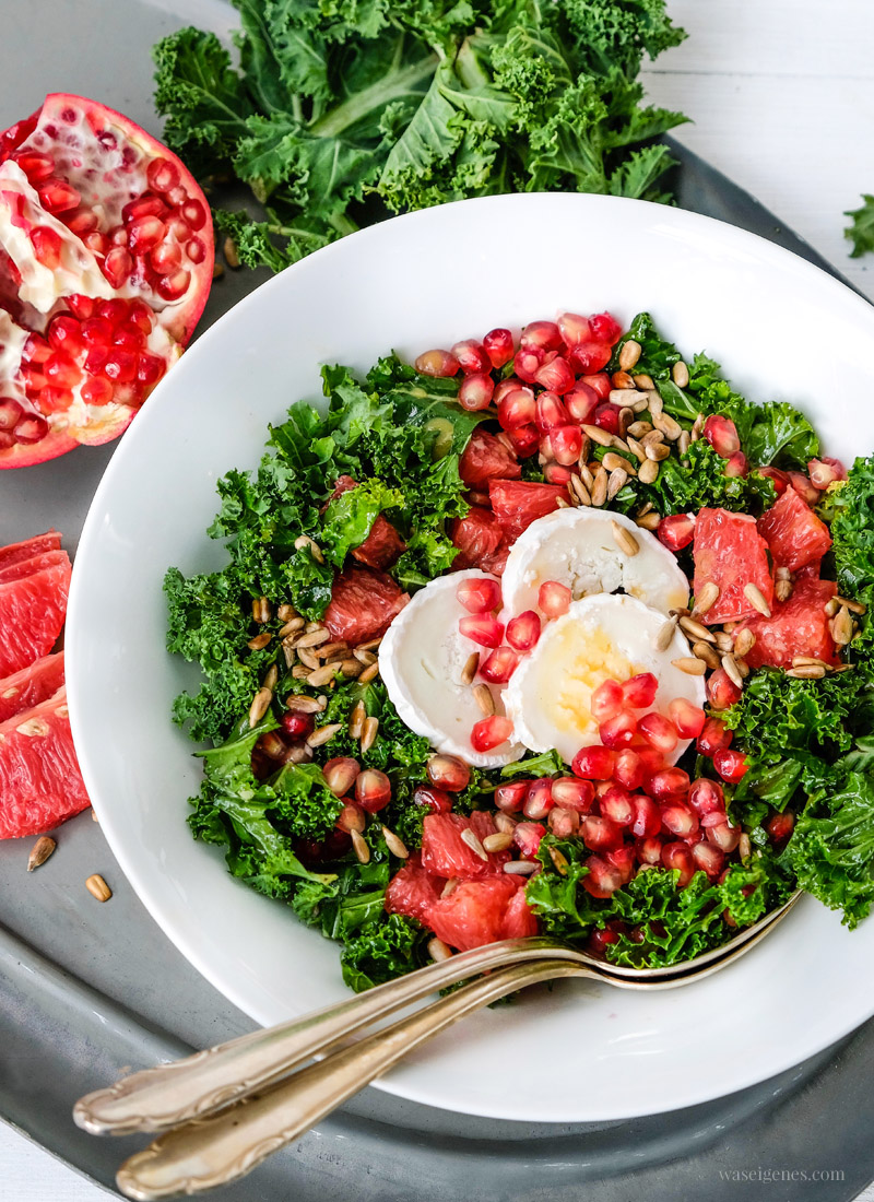 Rezept: Knackig saure Salatkreation: Grünkohlsalat mit Grapefruit, Granatapfel, Ziegenkäse & gerösteten Sonnenblumenkernen, waseigenes.com #salat #wintersalat #grünkohl #grapefruit #granatapfel