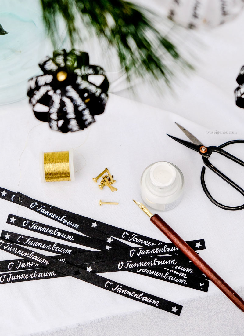 Baumschmuck selber machen: Papierkugeln mit handgeschriebenen Botschaften, waseigenes.com #DIY #Baumschmuck #Papierkugeln #Kalligrafie