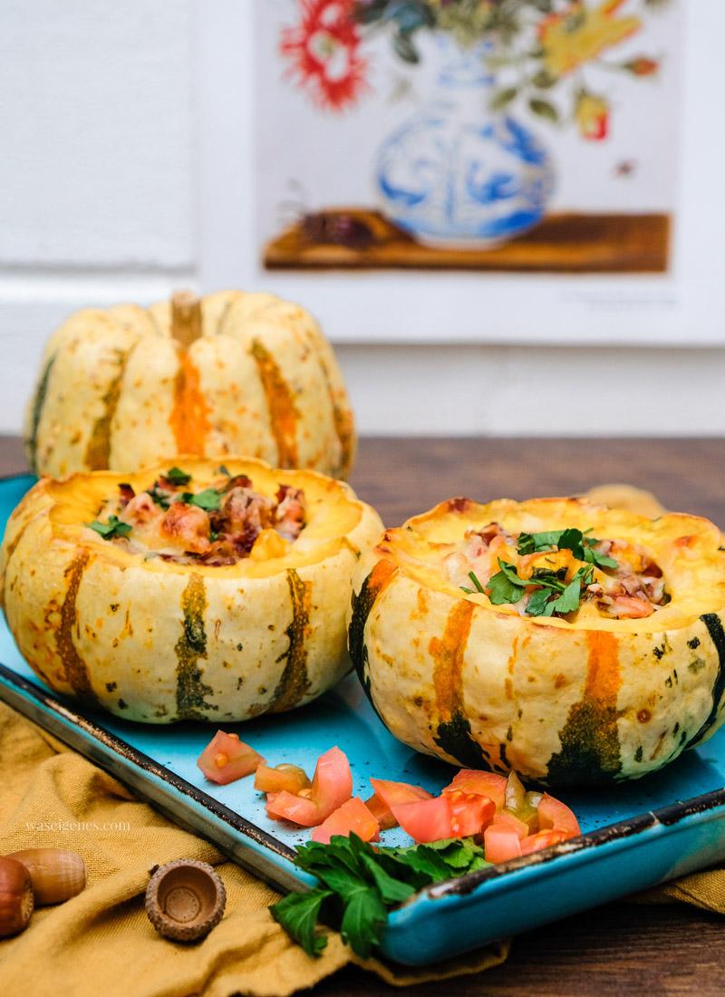 Rezept: Gefüllter Kürbis mit Möhre, Speck, Zwiebeln, saure Sahne & Käse, waseigenes.com #ofenkürbis #gefüllterKürbis