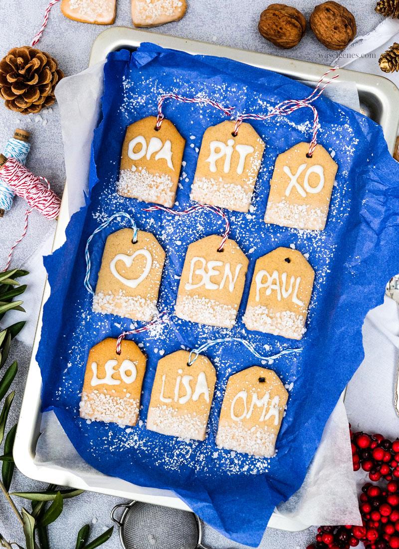 DIY: Geschenkanhänger Plätzchen, Ausstechplätzchen mit Namen verzieren und an Geschenke hängen, Weihnachtsplätzchen in Geschenkanhänger Form, Plätzchen mit Schriftzug, waseigenes.com #weihnachtsplätzchen  #Lieblingsplätzchen