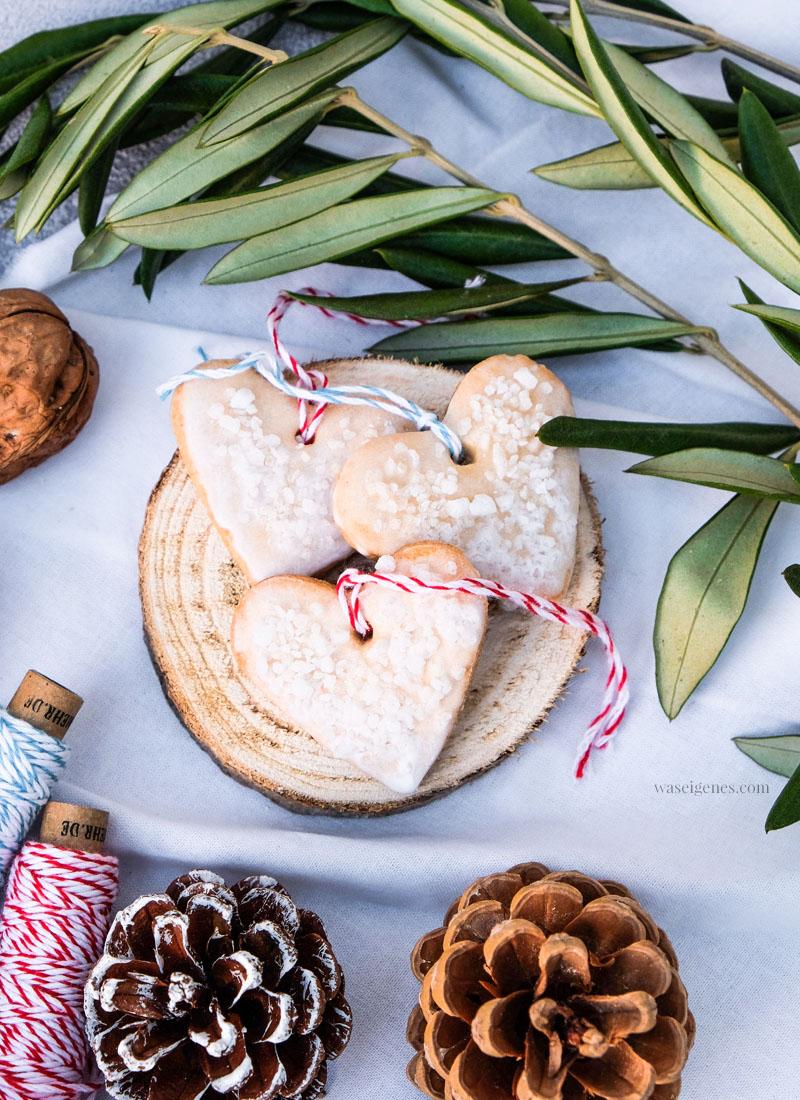 Rezept: Geschenkanhänger Plätzchen, Weihnachtsplätzchen in Herz Form, waseigenes.com #weihnachtsplätzchen #geschenkanhänger