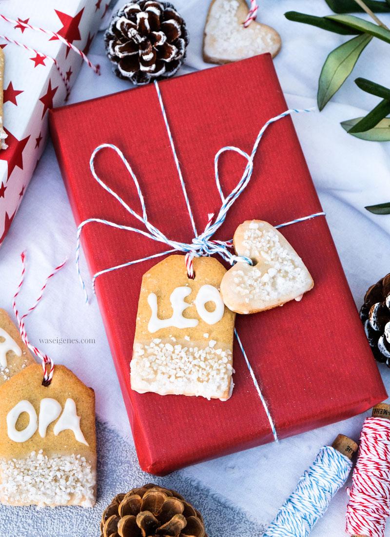 Rezept: Geschenkanhänger Plätzchen, Weihnachtsplätzchen in Geschenkanhänger Form, Plätzchen mit Zuckerguss Schriftzug, waseigenes.com #weihnachtsplätzchen #geschenkanhänger