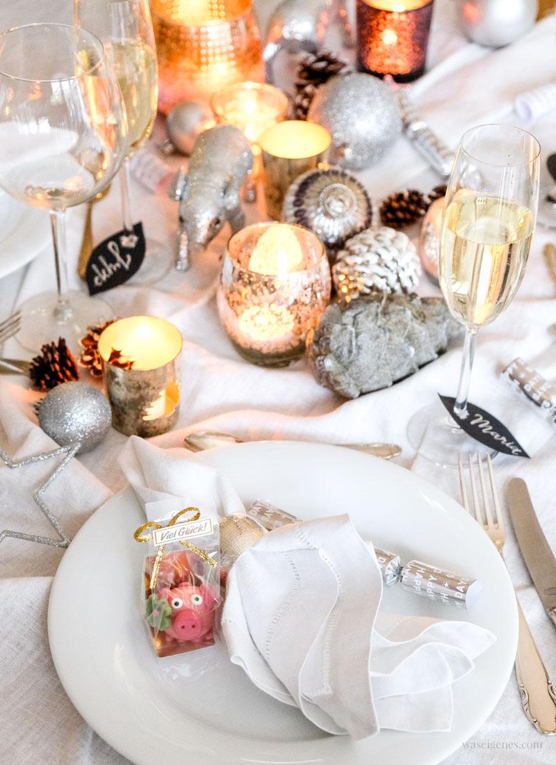 Silvester Tischdeko in silber & gold | Dessert Rezept: Himbeertraum mit Mascarpone, Mandelsplitter und Baiser, waseigenes.com