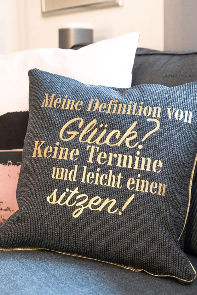 DIY Kissenbezug, geplotteter Schriftzug: Meine Definition von Glück? Keine Termine und leicht einen sitzen. waseigenes.com