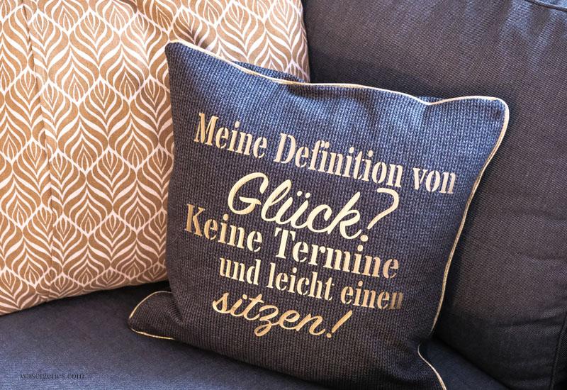 DIY Kissenbezug: Meine Definition von Glück? Keine Termine und leicht einen sitzen | #Plotter #Schriftzug #KissenmitSpruch #Kissennähen #waseigenes waseigenes.com