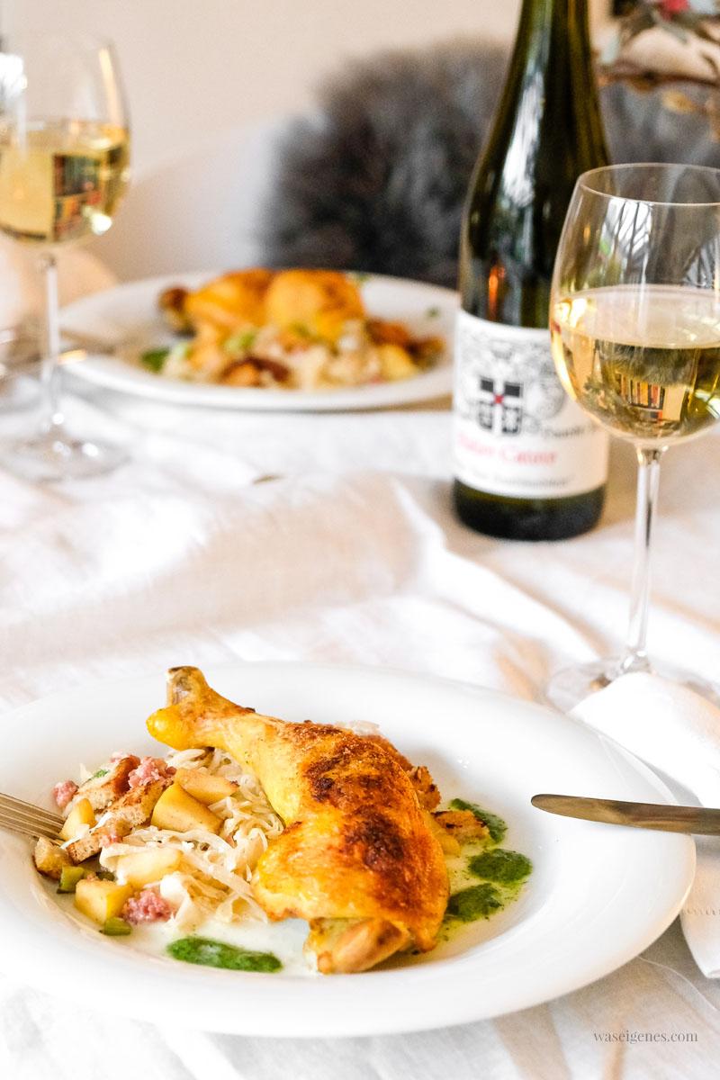 Rezept: Hähnchenschenkel mit Rahm-Sauerkraut, Apfel, Speckwürfel und Roggenbrot, waseigenes.com