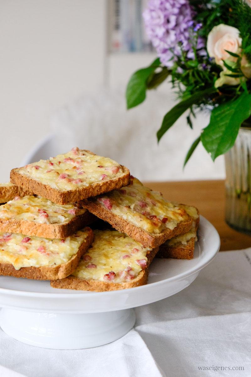 Rezept: Flammkuchen Toast oder Flammkuchen Brot mit Speck, Zwiebeln und Gouda, super schnell und einfach, das perfekte Partyfood | #rezept #schnell #einfach #flammkuchentoast #flammkuchen #flammkuchenbrot #fingerfood #partyfood