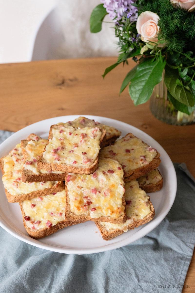 Rezept: Flammkuchen Toast oder Flammkuchen Brot mit Speck, Zwiebeln und Gouda, super schnell und einfach, das perfekte Partyfood | #rezept #schnell #einfach #flammkuchentoast #flammkuchen #flammkuchenbrot #fingerfood